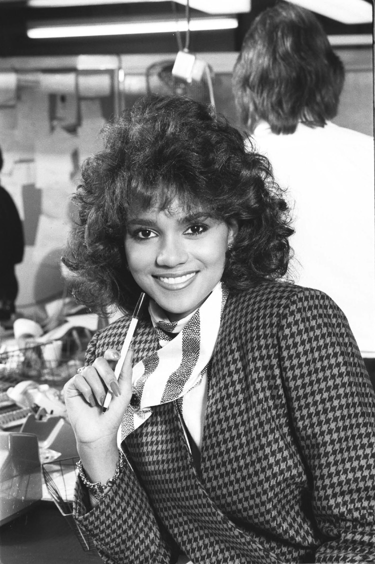 Halle Berry Daily Express Nov 86 1